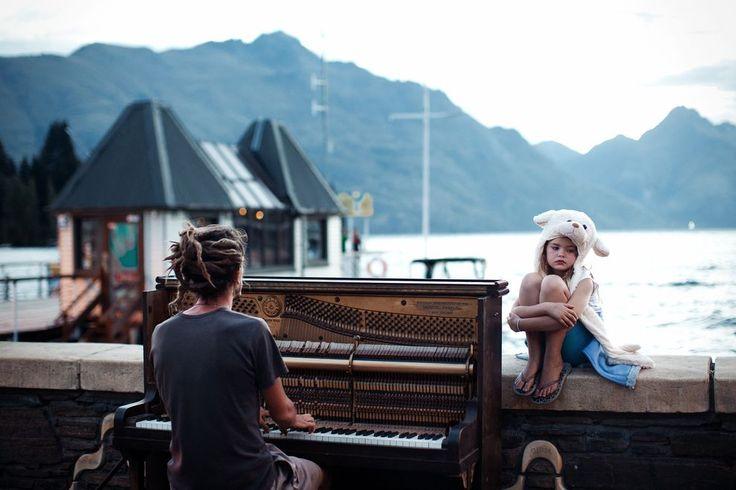 Улицы города Квинстаун в Новой Зеландии в конце дня наполнены умиротворенностью с оттенком грусти и звуками пианино.  Категория: Путевые портреты.  Фото: Nikola Smernic. Место: Квинстаун, Новая Зеландия. National Geographic