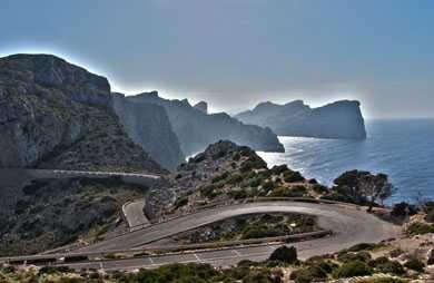 3h AR avec les arrêts - Route du Cap de Formentor. RR p.136. Avec arrêts au belvédère del Mal Pas, RR, puis à la Talaia d'Albercuix, RRR, et enfin au phare. 20 Km de route tortueuse depuis Port de Pollença. .