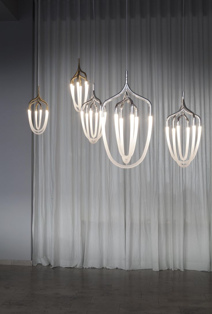 The LED Hadron Light is available in both in a polished silver and brushed brass coloured finishes, either in medium or large sizes. http://www.bodosperlein.com/lighting/hadron #HadronLight #Silver #Design #Lighting #Pendant #Lamps #BodoSperlein #Designer #DesignerLighting #Interior #InteriorAccessories #AndreasMurkudis Photo by Michael Donath