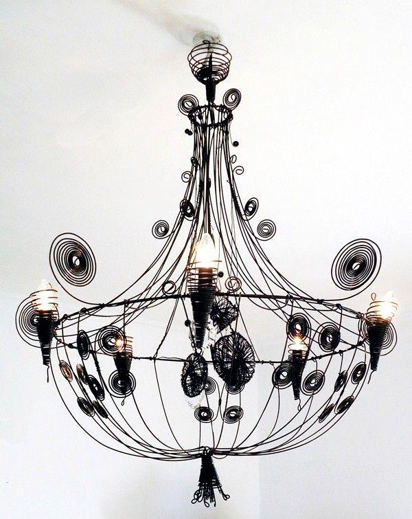 Destinés aux amateurs de décoration chic, les lustres en fil de fer d'Alexia Carmona donnent à toute pièce une touche élégante et romantique tout en offrant un éclairage unique d'ombres portées.