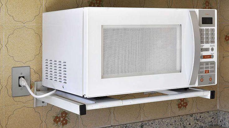 Mikrowelle-Tüfteln, immer neue Dinge erfinden – das ist die große Leidenschaft des US-Amerikaners Percy Spencer. Im Laufe seines Lebens meldet der Ingenieur 300 Patente an. Fast alles, was er weiß, hat er sich selbst beigebracht. Die größte Erfindung seines Lebens jedoch macht auch er in den Vierzigerjahren durch Zufall. Zu dieser Zeit arbeitet Spencer bei einer Firma für Hochfrequenztechnik und bastelt an Generatoren für Radaranlagen. Eines Tages spürt er dabei eine merkwürdige Veränderung…
