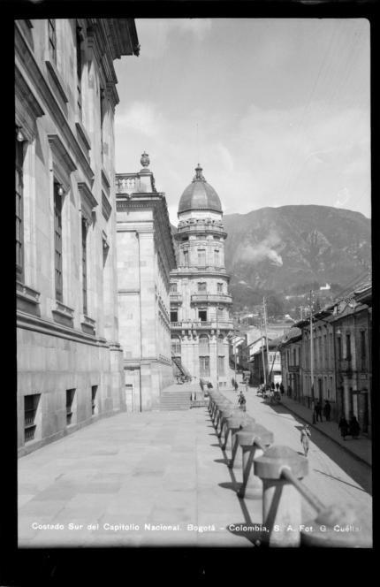 Costado sur del Capitolio Nacional (Bogotá, Colombia). mi sitio de juegos.... por aquí corría yo con mis hermano!!