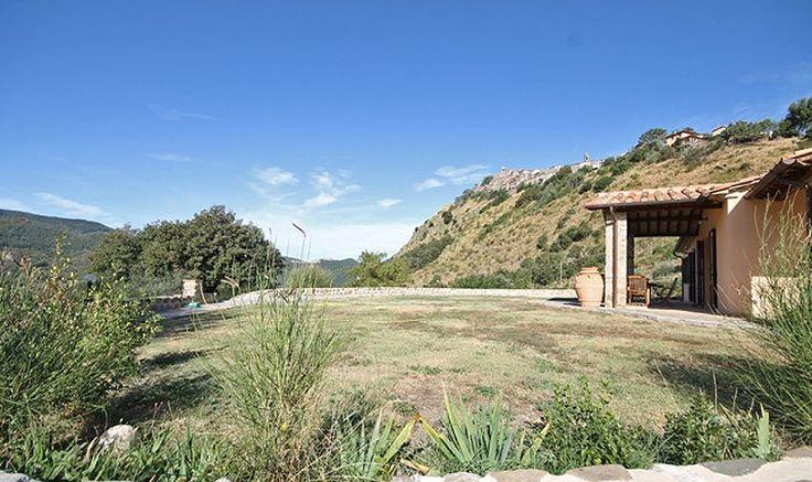 Il terreno di 6000 mq che avvolge la casa è completamente recintato. E' occupato in parte da piante di olivo ed in parte da terreni a seminativo da destinare agli scopi che ognuno referisce. Vicino alla abitazione abbiamo un forno e barbecue in pietra. La casa è servita da un deposito di raccolta di acqua piovana per l'irrigazione e di una tettoia per il ricovero di un cavallo.