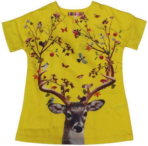 Anne Kurris - gele jurk hert - Een topper: levendig geel voor deze unieke jurk met een fantastisch mooie print van een hert met vogeltjes en blaadjes. De halsboord heeft een insnijding wat het jurkje een extra cachet geeft. De achterkant van de jurk is in een gele jersey. Voorkant: 50% katoen/50% cupro en achterkant 95% katoen/5% lycra.