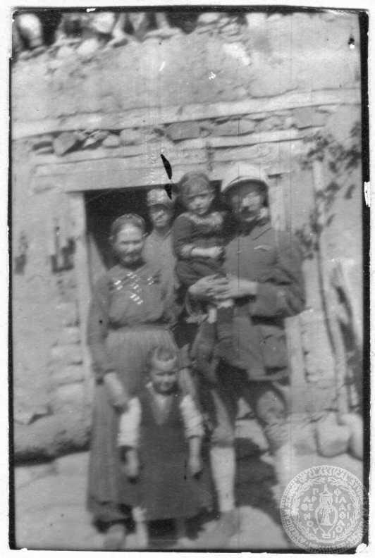 Α΄ Παγκόσμιος Πόλεμος. Σεπτέμβριος 1917 Μέτωπο Μακεδονίας. Αγροτικές εργασίες. Βελούζινα, Μακεδονία Στράτης Μυριβήλης: «Εγώ και...τα παιδία αι μοι έδωκεν ο Θεός»