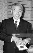 Nobel chimie 1981. Ken'ichi Fukui (4 octobre 1918 – 9 janvier 1998) chimiste japonais. Il est avec Roald Hoffmann l'un des lauréats du prix Nobel de chimie de 1981. Il est également connu comme le premier scientifique asiatique à recevoir un prix Nobel de chimie, « pour leurs théories, développées indépendamment, sur les mécanismes des réactions chimiques ».