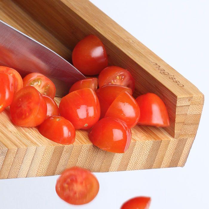 De cutting board XL van Magisso is gemaakt van kwalitatief bamboe. Bamboe heeft een dichte structuur en werkt ook bacteriedodend. Daardoor is deze houten snijplank dus erg geschikt voor het snijden van groente, vlees, vis of fruit. De plank is gemakkelijk schoon te maken met warm water, de plank zal geen water vasthouden en dus niet krom trekken.