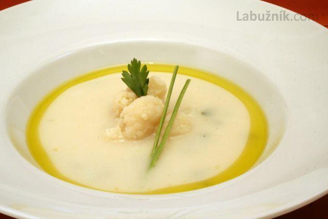 Květáková polévka 1 menší květák 1 PL hladké mouky máslo nebo olej 50 ml mléka nebo 30 ml smetany muškátový květ petrželka sůl