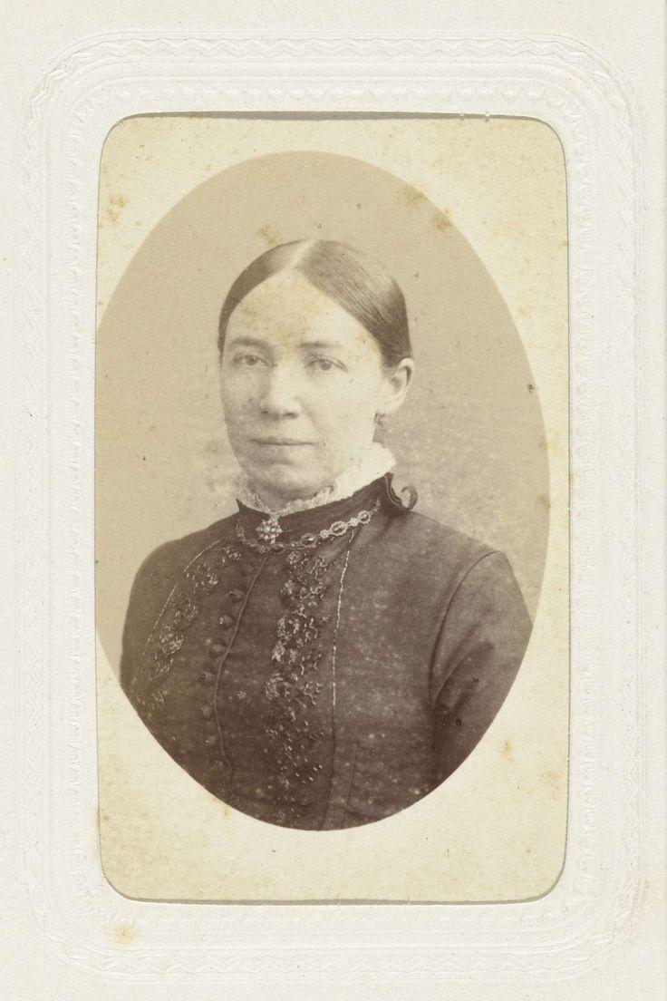 J.H. v.d. Heijden | Studioportret van een vrouw met opgestoken haar, J.H. v.d. Heijden, c. 1863 - c. 1866 |