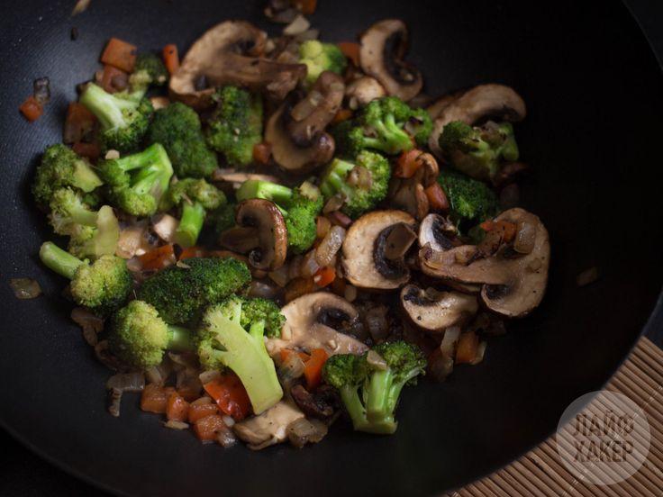Рис стир-фрай можно смело назвать одним из самых популярных блюд на вынос в азиатских фастфудах. Насколько бы привлекательной ни казалась идея заказать еду в коробочке на дом, лучше попробуйте приготовить рис стир-фрай самостоятельно. Получится вкуснее и дешевле.