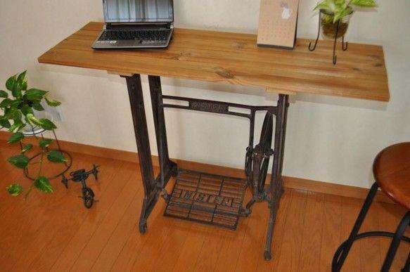 アンティーク 古いミシンのリメイクテーブル(ミシン脚台+天板)です。観葉植物や、ほかのアンティーク、雑貨とあわせて・・・。ちょっとした作業台、飾棚、植木台、ア... ハンドメイド、手作り、手仕事品の通販・販売・購入ならCreema。