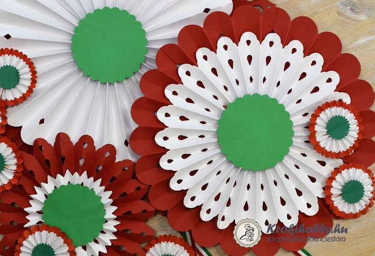 Tim Holtz 657177 és Brenda Walton 658739 - 660260 - 658941 tervezte vágósablonjait használtuk  a kokárdák elkészítéséhez.  Jó alkotást és szép ünnepet kívánunk!