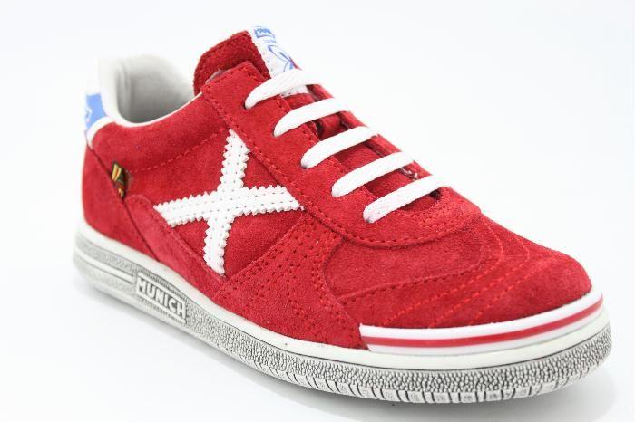 Lage veterschoen rood suede met witte details, van het merk Munich. €79,95