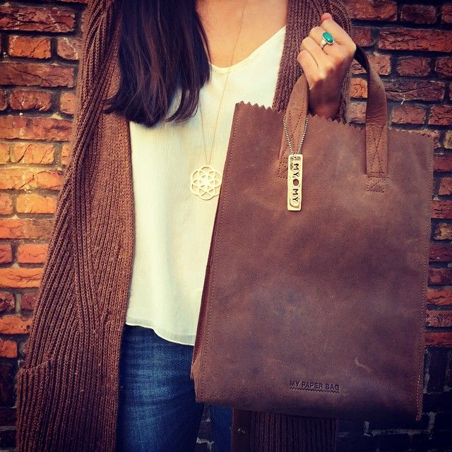The MY PAPER BAG Original is always a good idea! This handmade leather bag is completely made of sustainable leather and its timeless design makes it so easy to combine!