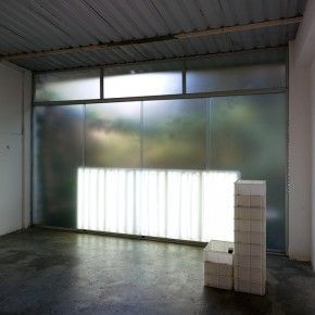 """Alfred Wenemoser, Caja Feliz 2013. En esta intervencion el artista ha alterado, tal y como es una de sus prácticas recurrentes, las condiciones de la sala de exhibición: la pieza Iluminación desde el exterior sustituye un sistema de iluminación por una experiencia en la que se conjugan la luz artificial y la luz natural para provocar una """"situación barroca"""". - See more at: http://www.oficina1.com/alfred-wenemoser/#sthash.QZuitWNT.dpuf"""