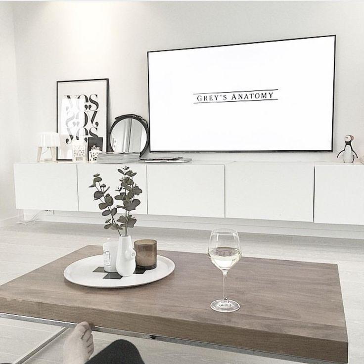 Mange har lurt på hvilken tv-benk vi har og hvordan vi løser det med kabler, fjernkontroller og dekodere. Legg meg til på snap; joridkvam, så får du se hvordan vi har gjort det og hvor den er fra ✨ Add snap; joridkvam #joridkvamshome