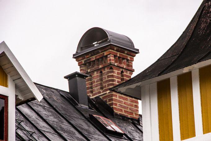 Fogning av två gamla skorstenar i Vimmerby. Skorstenar kompletterades med svarta skorstensskydd.
