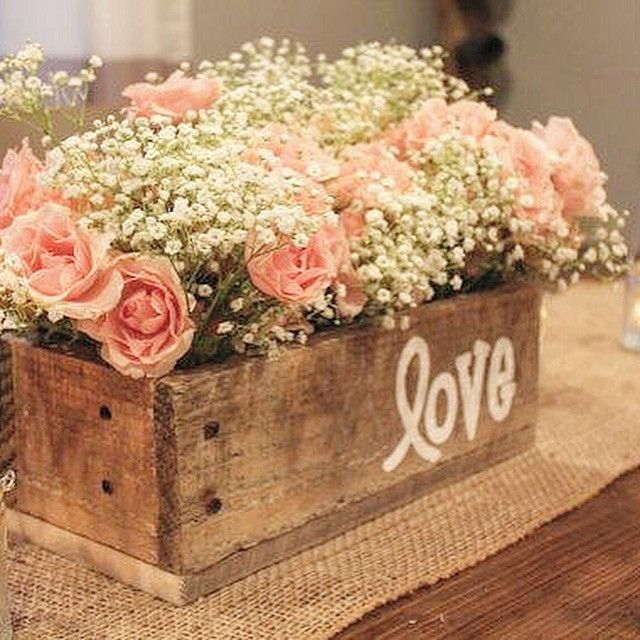 Caixotes, rosas, mosquitinhos e estopa como enfeite de mesa para casamento rústico | Vintage Wedding + Wooden furniture, Baby's breath (gypsophila) and blush flowers