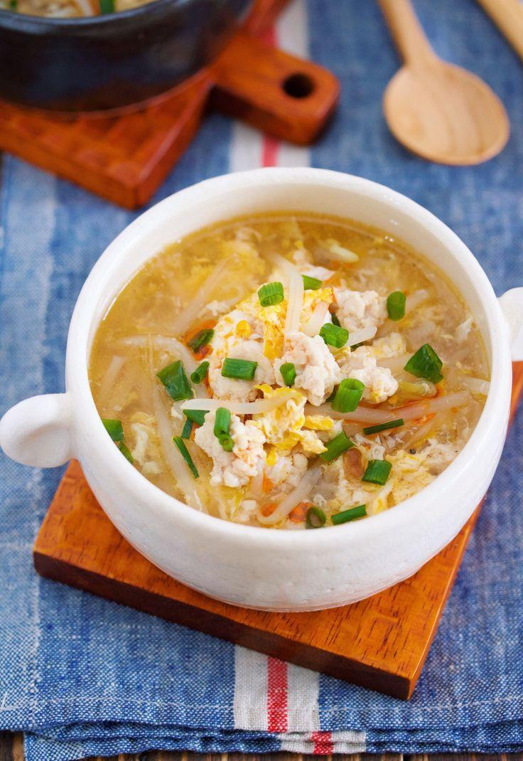 包丁いらず♪『鶏ひき肉ともやしのかき玉スープ』 by Yuu / 鶏ひき肉・もやし・卵を使ったお財布にやさしいヘルシースープ。包丁いらずなので5分もあればラクラク完成♪また、スープには旨味がた〜っぷり♡思わず、ゴクゴクと飲み干したくなるほどです。ちなみに、こちら胃腸にもとーってもやさしいので風邪をひいているときや食欲がない時なんかにもオススメです♪ / Nadia