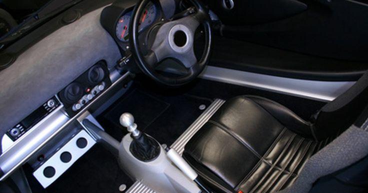 ¿Cómo funciona un modulador FM?. Un modulador de FM te permite conectar un dispositivo auxiliar (como un iPod o un receptor de radio por satélite) a través de los canales de un coche de radio regulares. Los moduladores de FM vienen en muchas formas y tamaños, y tienen una amplia gama de precios.