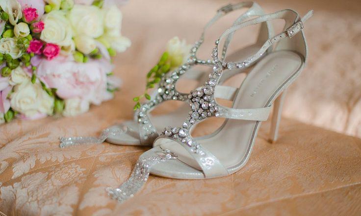 Наряд невесты, пожалуй, является главным украшением свадебного торжества. Взгляды множества гостей прикованы к роскошному платью и очаровательным аксессуарам, а также к свадебной обуви. Большинство современных невест отдают предпочтение босоножкам, а не классическим туфлям, потому что они выглядят более изящно и красиво. Босоножки для невесты Выбирая дизайн и модель босоножек, стоит отталкиваться от стиля свадебного платья, […]