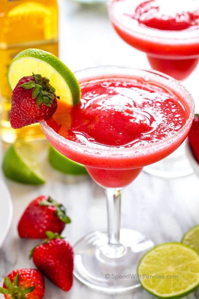 Easy Strawberry Margaritas via @spendpennies