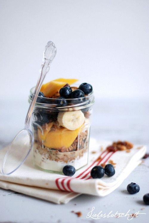Begin je dag met een smakelijk en gezond ontbijtje, zoals yoghurt met fruit en eventueel ontbijtgranen!