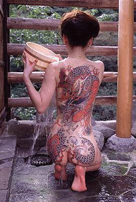 Los orientales son muy de hacerse grandes tatuajes que casi abarcan la mayor parte del cuerpo. Es muy común sobre todo entre las Geishas, que son algo así como el culto al marido. Algo fanáticos estos asiáticos desde mi punto de vista.