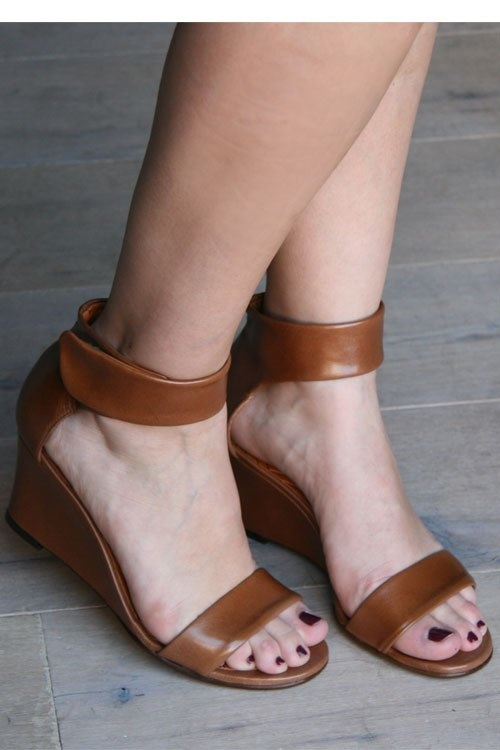 leather wedges: Chie Mihara, Leather Wedges, L Insperation Pour, Simple Pairings, Outfits Inspiration, Brown Leather, Spring Fashion, Feelings Pretty, Wedges Sandals