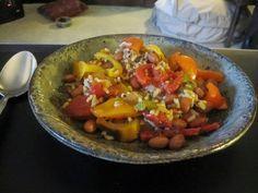 Recette de ragoût de quinoa aux légumes (courge, maïs, haricots noirs..), vegan, sans gluten Un savoureux ragoût de quinoa aux légumes comme la courge de saison, des haricots noirs, des tomates en conserve, de la sauce mexicaine pimentée, du bouillon. Servi dans des bols, on l'agrémente de fromage râpé, de jus de citron, de crème et de coriandre fraîche.