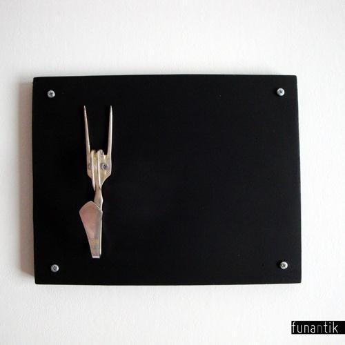I ♥ Texas Věšák na cokoliv, vyrobený zmasivní desky a staré alpakové vidličky. Ideální na klíče, ale unese určitě i bundu nebo svetr. Dřevěná deska je natřena několika vrstvami tabulové barvy, tak ji můžete využít na psaní vzkazů nebo nákupních i jiných seznamů. Rozměry věšáku (dřevěné části): šířka 27cm, výška 21cm Barva dřeva: originální černá ...
