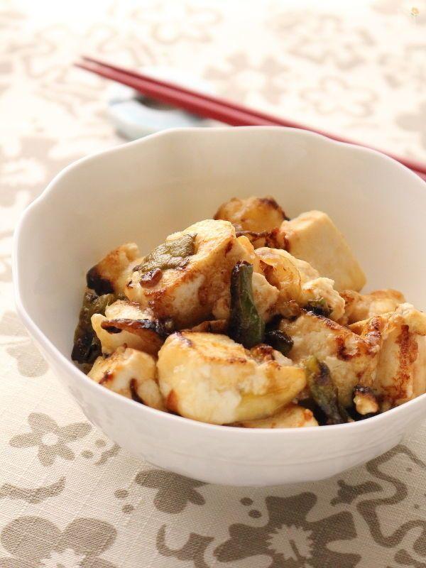 片栗粉をまぶした木綿豆腐を炒めて、とろんとした食感にしています。    簡単ちゃちゃっとフライパン料理ですが、ちょっとあると嬉しい美味しい一品。  ポン酢で味をつけるため鍋のような味わいとなり冬のイメージ。  ご飯にのっけてどんぶりにしても美味しいです    インゲンではなく、大根おろしを合わせたレシピはこちら→https://oceans-nadia.com/user/11375/recipe/202774