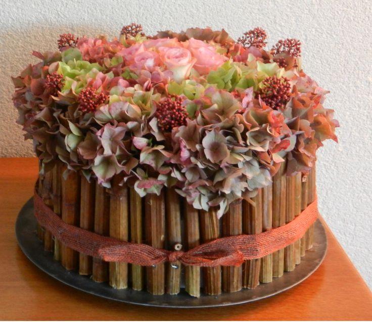 een bloementaart met hortensia rozen en skimmia