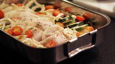 Denne fiskeformen er utrolig enkel og rask, og kan varieres etter hva du har i kjøleskapet av grønnsaker. Her har jeg brukt fennikel, squash og tomater. All hvit fet fisk passer til å bakes i ovn. Her har jeg brukt uer.