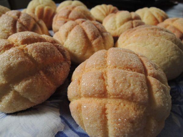 サクサクの表面とふわふわの中身に、素朴な甘さがどこか懐かしくクセになる味わいのメロンパンは、家で作るのは難しそうなイメージがありますよね。ですが、ホットケーキミックスを使えばとっても簡単なんです。作り方と、他にもホットケーキミックスを使って作るパンのレシピをご紹介します。