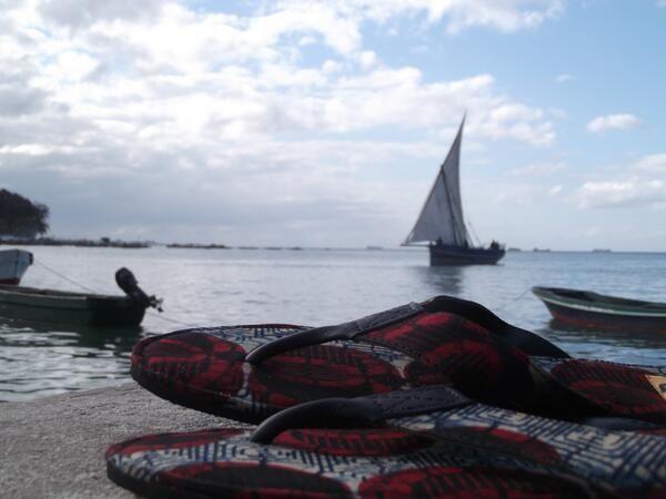 Onze mannenslippers. Met traditionele #kitenge stof en leer.