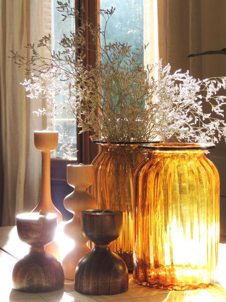 Botellones de vidrio y candelabros de madera en un atardecer en Solsken. #solsken www.solsken.com.ar