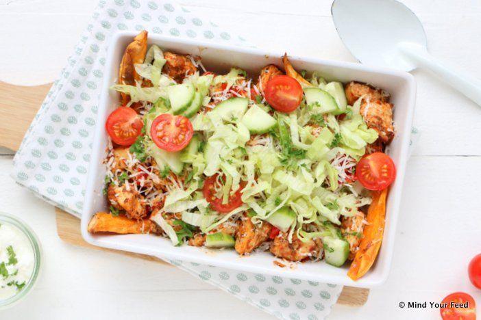 Een makkelijke, net even gezonde kip shoarma schotel met zoete aardappel en kaas uit de oven. Maak af met salade, lijkt wel gezonde kapsalon.