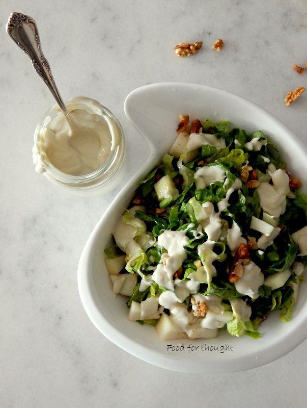 Πράσινη σαλάτα με αχλάδι και dressing μπλε τυριού.  http://laxtaristessyntages.blogspot.gr/2015/10/prasini-salata-me-axladi-kai-dressing-blue-cheese.html