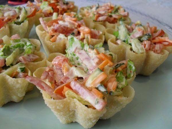 Самые вкусные рецепты: Закуска на тарталетках с корейской морковью и салями
