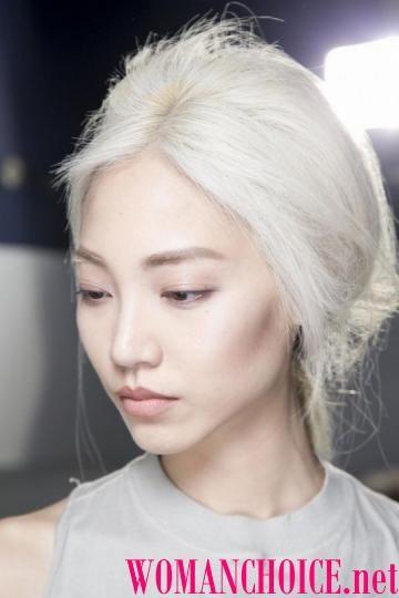 Белые волосы и белая кожа
