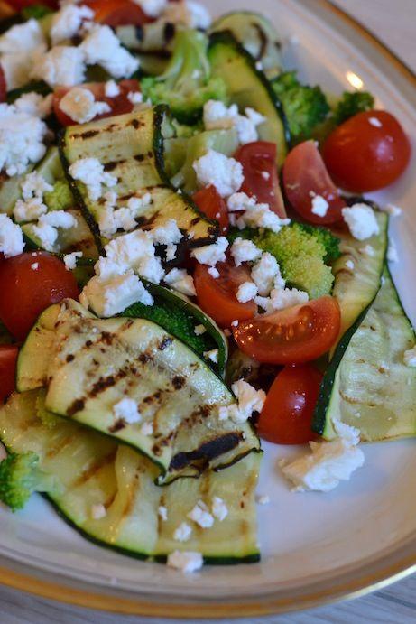 Sammen med de lækre hvidløgsbagte nye gulerødder og forårsløg, fik vi denne skønne salat med grillet squash, broccoli, cherrytomat og feta. Den er lynhurtig at lave og smager rigtig dejligt! Jeg har sagt det før, men siger det gerne igen; gør nu dig selv den tjeneste og brug en rigtig feta. Ingen mærkelige gummisalattern her,...Read More »