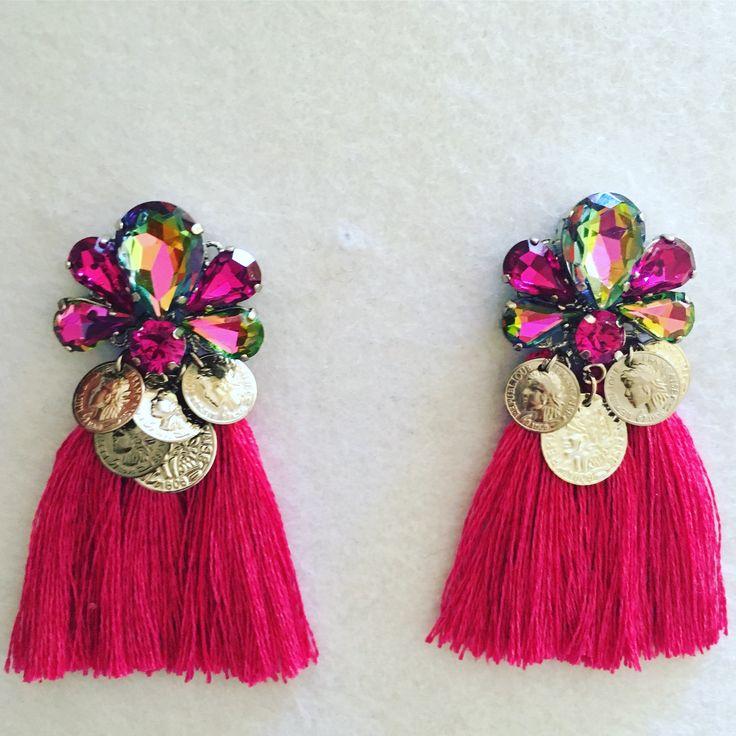 Orecchini con nappe e pon pon, in rafia o cotone, o stoffa pezzi unici, realizzati a mano... colorati e leggeri...#artigianato #monetine #pezziunici #moda #ibiza #orecchininappe #orecchini #estate17 #nappe #ponpon #perline #colore #spiaggia #primavera17 #fashion #musthave #accessori #bijoux #instagood #instadaily #instamood #instastyle #girl #bijouxhandmade #fashionblogger #womensfashion