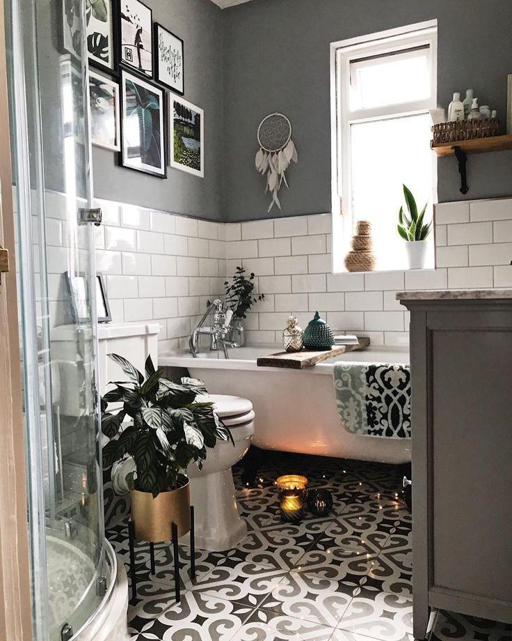 Monochromes Badezimmer mit gemusterten Fliesen und…