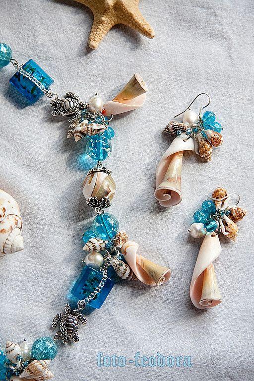 летний комплект украшений - серьги и колье - из стеклянных бусин, бусин лэмпворк, жемчуга, ракушек, дополнен веселыми бусинами-черепашками.