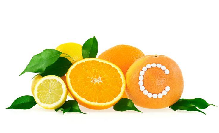 •Витамин С  Усиливает синтез коллагена в коже. Наибольший эффект витамин оказывает, если одновременно применяется в косметике и внутрь, с продуктами питания и БАД. Очень важно, что витамин С способствует фотозащите. Он содержится  в плодах цитрусовых, шиповника, свежих листьях чая, паприке.