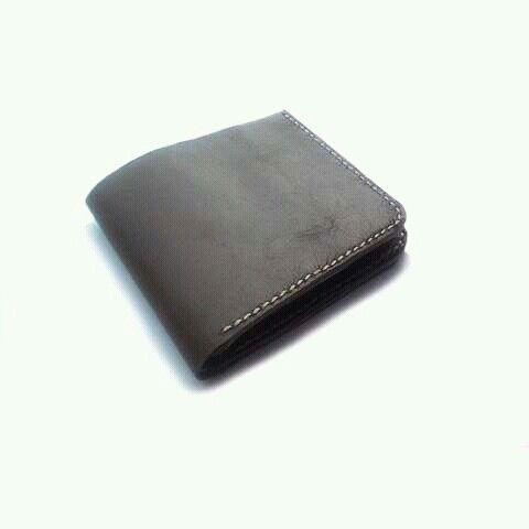 Men's leather wallet handmade.  Www.jualtaskulit.com +6285642717764  #leatherctaft #menswallet #wallet #leatherwallet #dompetkulitpria #dompetkulit #leather #fashion #whiteblue #genuineleather