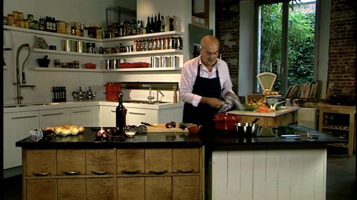 bereiden: Kook de aardappelen samen met 2 hele teentjes look gaar in gezouten water. Snijd de 2 andere teentjes look fijn. Fruit de look samen met de rode ui aan in een scheutje olijfolie. Plet de aardappelen met een pureestamper. Roer de gefruite uien onder de puree en doe er de zongedroogde tomaten, tijm en rode basilicum bij. werk af: Werk af met een paar flinke scheuten olijfolie. Breng op smaak met peper en zout en roer alles goed om.