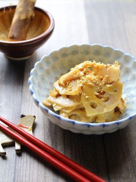 """新れんこんが美味しい季節ですね。    薄~くスライスして軽く火を通してから味噌を効かせた""""たれ""""で和えるだけの簡単料理。  味噌とマヨネーズのコクと柔らかな酸味で、思わず箸が進みます。  れんこんを軽く炒めることで、香ばしさも出ますよ。    すぐに作って食べれらる副菜ですが、もちろん作り置きもOK!  お弁当の隙間うめのおかずにも、おつまみとしてもお勧めの一品です。"""