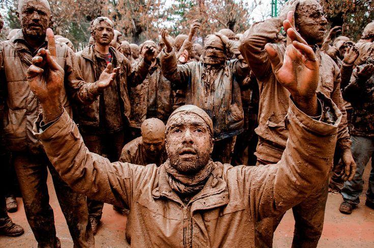 Cerimônia de luto Imam Hussein. Vencedora na categoria Cultura Juvenio do Prêmio de Fotografia Sony World 2014.  Fotografia: Bohran Mardani do Irã.  http://www.photographyoffice.com/blog/2014/3/2014-sony-world-photography-awards-40-breathtaking-winning-photos-revealed